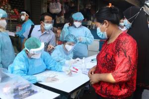 ให้กำลังใจ! ทีมแพทย์-สสจ.สวมชุด PPE ลงพื้นที่ตรวจโควิด-19 หลังพบผู้ป่วยในชุมชนกลางเมืองแม่สอด