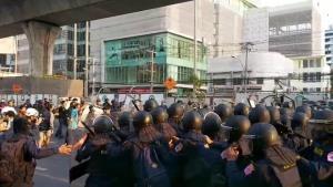 ตร.ยานนาวา ฝากขัง 2 โจ๋ ปาก้อนหินใส่ตำรวจควบคุมฝูงชน หน้าสถานทูตเมียนมา