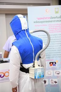 อว.มอบชุดหน้ากากกันเชื้อโรค-อุปกรณ์ป้องกันส่วนบุคคลให้ สำนักการแพทย์ กทม.รับมือโควิด-19