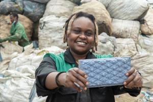 """""""บล็อกปูพื้น"""" สาวเคนยารีไซเคิลจากขยะพลาสติก ช่วยชุมชนไนโรบี! นวัตกรรมกรีนของคนรุ่นใหม่ที่คว้ารางวัล UNEP"""