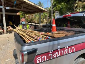 ตำรวจโคราช! บุกถึงบ้าน เหมาไม้กวาดทางมะพร้าว 2 ตายาย วัย 90 กว่าปี จนหมดเกลี้ยง