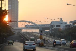 กทม. ค่าฝุ่นละออง PM 2.5 เกินมาตรฐาน 54 พื้นที่ เริ่มมีผลกระทบต่อสุขภาพ ลดกิจกรรมกลางแจ้ง