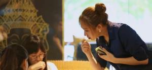 ภาพจากผู้ให้สัมภาษณ์ : เมธินี นันตาดี เจ้าของร้านอาหารไทยในนครหนานหนิง ขณะกำลังรับออเดอร์จากลูกค้า
