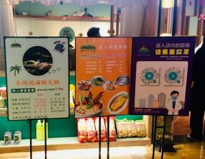 แฟ้มภาพซินหัว : ป้ายโฆษณาเมนูเด็ด เช่น ต้มยำกุ้ง บริเวณหน้าร้านอาหารไทยแห่งหนึ่ง ในนครหนานหนิง เมืองเอกของเขตปกครองตนเองกว่างซีจ้วง ทางตอนใต้ของจีน วันที่ 24 ม.ค. 2021