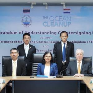 """""""วราวุธ"""" สั่งเดินหน้าแก้ไขปัญหาขยะทะเลหลัง ทช.ลงนามความร่วมมือ The Ocean Cleanup ด้าน """"บิ้กป้อม"""" เร่งรัดจัดการด่วน"""