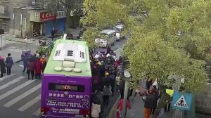 """นาทีคับขัน! ชาวจีนรวมพลัง """"ยกรถบัส"""" ช่วยชีวิตชายสูงวัยถูกทับ (ชมคลิป)"""
