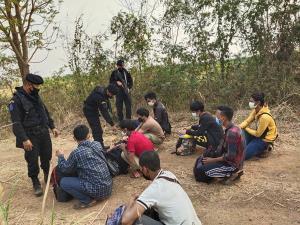 ทหารพราน กกล.บูรพา เร่งผลักดัน 8 แรงงานกัมพูชากลับประเทศ สารภาพหนีจากสวนยางภาคใต้