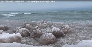 """ลูกบอลน้ำแข็งเกยตื้น ! ชายฝั่งทะเลสาบมิชิแกน ปรากฏการณ์น่าตื่นตาของ """"กระแสลมวนขั้วโลก"""""""