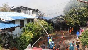 ระทึก!! เพลิงไหม้ชุมชนกลางเมืองกรุงเก่า เจ้าของบ้านแทบช็อก จู่ๆ เพลิงไหม้บ้านต่อหน้าต่อตา