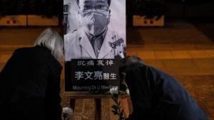 """โซเชียลจีนแห่ไว้อาลัยครบรอบหนึ่งปีการเสียชีวิตของ """"หมอผู้เตือนเรื่องโควิดเป็นคนแรก"""""""