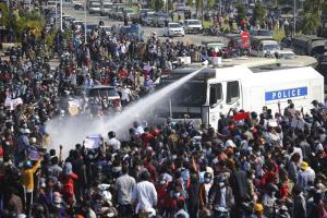 กองทัพพม่าส่งสัญญาณ 'ใช้ไม้แข็ง' ผู้ชุมนุม ประกาศกฎอัยการศึกบางพื้นที่-ทีวีรัฐก็ออกมาขู่-เริ่มฉีดน้ำขับไล่คนประท้วง