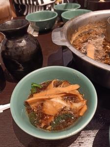 """รีวิวเรียกทัวร์ลง! หนุ่มกินชาบูดัง """"โมโม่"""" ให้ 2 เต็ม 10 พบซด """"ซุปน้ำดำ"""" ทั้งที่มีไว้ลวกเนื้อ"""