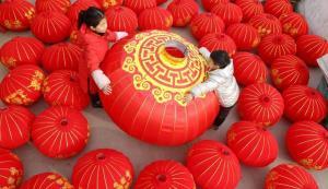โรงานผลิตโคมแดงในจีน (แฟ้มภาพซินหัว)
