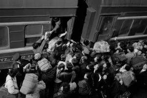 กลุ่มผู้โดยสารแย่งขึ้นรถไฟที่สถานีรถไฟเมืองฮาร์บิน ปี 1994