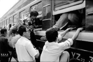 กลุ่มผู้โดยสารแย่งขึ้นขบวนรถไฟสายหลันโจว-ซีหนิง ปี 1995
