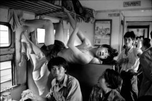 เด็กหนุ่มปีนขึ้นไปยึดที่นั่งบนสันที่นั่งในขบวนรถไฟสายอู่ฮั่น-ฉังซา ปี 1995