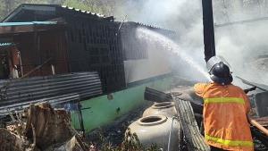 ไฟไหม้บ้านรับตรุษจีน เจ้าของบ้านเป็นลมล้มพับ คาดไฟฟ้าลัดวงจร