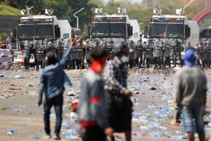 ตำรวจพม่ายืนตั้งแถวเผชิญหน้ากับกลุ่มผู้ชุมนุมที่ออกมาประท้วงต่อต้านรัฐประหาร และเรียกร้องให้กองทัพปล่อยตัวนางอองซานซูจี ที่กรุงเนปิดอว์ เมื่อวันที่ 9 ก.พ.
