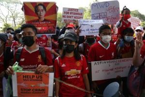 เด็กผี-เด็กหงส์งดเดือดชั่วคราว แฟนบอลพม่าจับมือรวมกลุ่มชุมนุมต้านรัฐประหาร