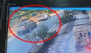 วงจรปิดจับภาพหนุ่มเลือดร้อนจอดรถใช้ปืนไล่ยิงกระบะคู่อริบนถนนหลวง