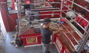 """ตำรวจจำลองเหตุการณ์ปล้นทอง """"เจ้าลัคกี้"""" สุนัขในร้านนอนนิ่ง เจ้าของถามใจคอจะไม่ช่วยกันเลยหรือ?"""