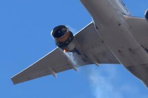 โบอิ้ง 777 ของ'ยูไนเต็ดแอร์ไลนส์' เครื่องยนต์ลุกไหม้กลางอากาศ  แถมหลุดเป็นชิ้นๆ เศษซากตกใส่เขตที่อยู่อาศัยเบื้องล่าง