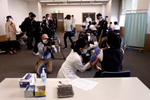 ญี่ปุ่นได้รับวัคซีนโควิดแล้วกว่า 830,000 โดส รัฐบาลเล็งยกเลิกภาวะฉุกเฉิน