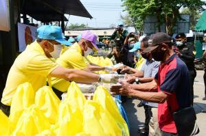 """""""กองทัพบก-CP-CPF"""" เดินหน้ามอบอาหารปลอดภัยและหน้ากากอนามัย ช่วยชาวปทุมธานี สู้ภัยโควิด-19"""