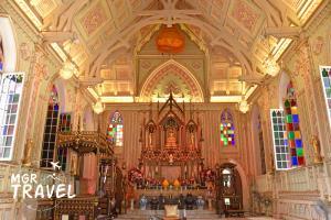 ภายในพระอุโบสถมีเพดานสูง ช่องหน้าต่างโค้งและกระจกสีงดงาม