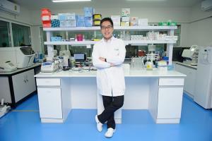 """""""ศ.ดร.นพ. วิปร วิประกษิต"""" CEO บริษัท Atgenes องค์กรผู้อยู่เบื้องหลังการตรวจ COVID-19 เชิงรุกทั่วประเทศ"""