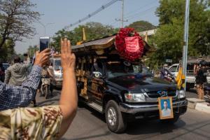 ยังไม่แผ่ว! ชาวพม่าลงถนนประท้วงต่อ มัณฑะเลย์จัดแห่ศพผู้ชุมนุมถูกยิงดับ ต่างชาติร้องทหารยุติความรุนแรง