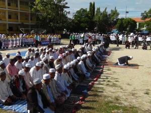 ภาพ ผู้นำศาสนา ประชาชน นักเรียน ในพื้นที่ตากใบ ร่วมแสดงพลังต่อต้านความรุนแรง เมื่อ 7 ก.ย. 2559
