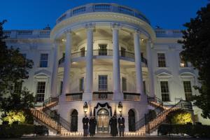ประธานาธิบดีโจ ไบเดน, สุภาพสตรีหมายเลขหนึ่ง จิลล์ ไบเดน, รองประธานาธิบดีกมลา แฮร์ริส, และสามี ดั๊ก เอ็มฮอฟฟ์   ยืนนิ่งไว้อาลัยในพิธีรำลึกถึงชาวอเมริกัน 500,000 คนซึ่งเสียชีวิตจากโรคโควิด-19 ที่ทำเนียบขาวเมื่อวันจันทร์ (22 ก.พ.)
