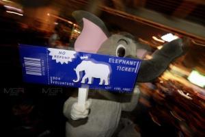 ม็อบแจกตั๋วช้างให้ตำรวจ ก่อนยุติชุมนุม