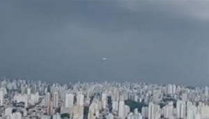 """ฮือฮา! วัตถุประหลาดคล้าย """"จานบิน"""" พุ่งผ่านกล้อง ขณะรายงานสดสภาพอากาศในบราซิล (ชมคลิป)"""