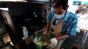 27 ปีไม่มีหาย! ร้านขนมไข่โบราณเมืองอุทัยขายถูกไม่พอ-มาไม่เจอจ่ายแล้วหยิบได้เลย