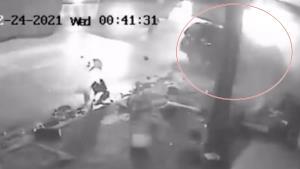 เปิดคลิปนาทีฟอร์จูนเนอร์พุ่งชนร้านขายผัดไทยหอยทอด เจ้าของเผยโชคดีเก็บของเร็วเลยรอดตาย