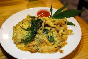 ไข่เจียวใบกัญชา (ภาพจาก Facebook : บ้านตุลย์)