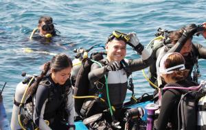 """""""วราวุธ"""" มอบปะการังเทียมให้กับเครือข่ายชุมชน พร้อมนำทีมดำน้ำสำรวจฐานเกาะตัวอ่อน-ปะการังเทียมรูปทรงโดม"""
