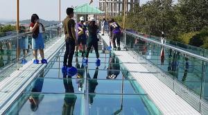 """เปิดแล้ว """"สกายวอล์ก"""" วัดเขาตะแบก จ.ชลบุรี นักท่องเที่ยวได้ชมธรรมชาติแบบ 360 องศา"""