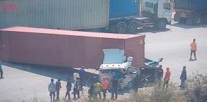 สลด! รถบรรทุก 18 ล้อ ทำตู้สินค้า 20 ตัน หลุดทับหัวรถลาก ดับคารถ 2 คน