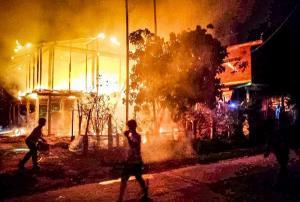 สองผัวเมียนอนอยู่ในบ้านจู่ๆ ได้ยินเสียงระเบิดดังขึ้น เกิดเปลวไฟลุกไหม้เผาวอดบ้านทรัพย์สินหมดสิ้น