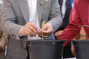 """""""สมศักดิ์"""" ขอบคุณชาวสุราษฎร์ฯ เปรียบเป็นอาจารย์สอนพืชกระท่อมจนปลดล็อกสำเร็จ"""