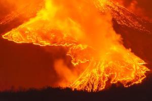 สายธารลาวาอันเรืองรองสุกสว่างด้วยเพลิงร้อนระอุจากใต้พิภพทะลักไหลออกจากปากปล่องภูเขาไฟเอตนา ฝั่งตะวันออกเฉียงเหนือ ใกล้เมืองมิโลบนเกาะซิซิลี เมื่อค่ำคืนของวันพุธที่ 24 กุมภาพันธ์ 2021  ภูเขาไฟเอตนาตั้งอยู่ในภาคตะวันออกของเกาะซิซิลี เป็นภูเขาไฟลูกที่ยังทรงพลังที่สุดของยุโรป  พร้อมกับเป็นภูเขาไฟที่มีขนาดมหึมาที่สุดด้วย