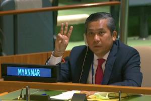 ไม่เอาไว้! กองทัพพม่าตะเพิดทันทีทูตประจำ UN ชู 3 นิ้วต้านรัฐประหาร สาดกระสุนยางปราบปรามการชุมนุม (ชมคลิป)