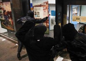สิทธิเสรีภาพ!? ผู้ชุมนุมสเปนเผารถตำรวจ-ปล้นธนาคาร ประท้วงคืนที่ 11 แค้นแรปเปอร์ถูกขังฐานหมิ่นกษัตริย์