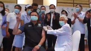 นายกฯเข้าให้กำลังใจ ปลัดสธ. นำร่องฉีดวัคซีนโควิดเข็มแรกของไทย