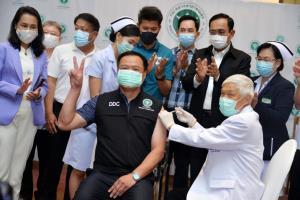 ประมวลภาพประวัติศาสตร์ : ฉีดวัคซีนโควิด-19 วันแรกของประเทศไทย รมว.สธ.ประเดิมเข็มแรกจากซิโนแวค
