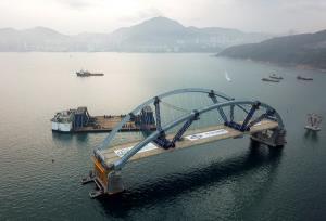 ชมคลิป 'สะพานเหล็กโค้งสองชั้น' ในฮ่องกง สร้างด้วยวิธีลอยตัวตามน้ำขึ้นน้ำลง