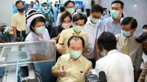 เริ่มแล้ว! วัคซีนโควิด-19 เข็มแรกชลบุรี นายแพทย์ สสจ.ขอลองเอง